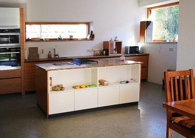 Küche mit geschliffenem Betonboden